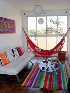 5-hamac rosu in decorul unui living tineresc si colorat