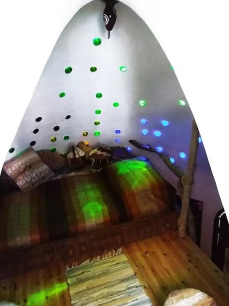 5-iluminatoare dormitor din funduri de sticla colorata noaptea casa cob Cipru