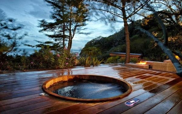 jacuzzi lemn incastrata in terasa lemn