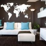 5-living modern cu perete decorat cu autocolant cu harta lumii