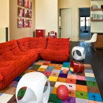 5-living modern vesel cu canapea rosie si covor colorat