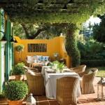 5-living si loc de luat masa in aer liber pe terasa din fata casei