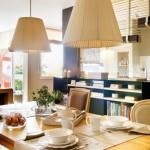 5-loc de luat masa apartament modern decorat in tonuri de bej si maro