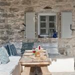 5-loc de luat masa in fata casei de vacanta din piatra din Corfu