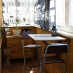 5-loc de luat masa pentru doua persoane amenajat intr-un balcon inchis mic si ingust