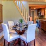 5-loc de luat masa si bucatarie open space casa mica din lemn