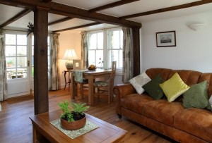 5-loc de luat masa si living interior casa mica si frumoasa