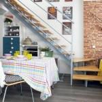 5-loc de luat masa si spatii de depozitare amenajate sub scara interioara a apartamentului