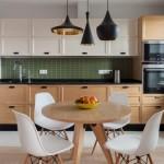 5-mobila bicolora de bucatarie in alb si furnir de lemn accesorizata cu blat negru
