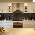 5-mobila crem bucatarie cu design modern si blat crem inchis