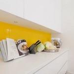 5-mobilier alb minimalist bucatarie asortat unui panou din sticla securizata galbena