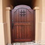 5-model poarta pietonala din lemn masiv stil antic intrare curte