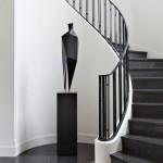 5-model scara curbata din beton placata cu marmura neagra si balustrada fier forjat