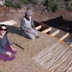 5-montarea-acoperisului-casei-construite-din-saci-umpluti-cu-pamant