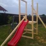 5-montarea toboganului pe structura din lemn a locului de joaca