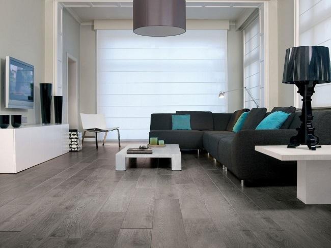 5-parchet laminat gri decor living modern canapea neagra accente albastre