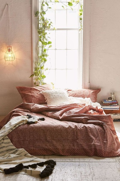 5-pat asezat la fereastra idee amenajare dormitor mic