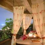 5-pat suspendat cu baldachin in dormitorul amenajat pe terasa casei
