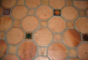 5-placi gresie diferite forme si dimensiuni cu rost de imbinare lat decor rustic mediteranean