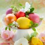 5-platou decorativ cu oua vopsite si flori albe pentru masa de Pasti
