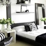 5-polite negre montate pe perete alb deasupra patului din dormitor