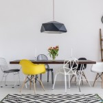 5-scaune colorate diferit in jurul mesei din living