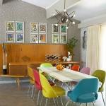 5-scaune multicolore in amenajarea unui dining modern cu accente retro
