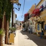 5-straduta pietruita cu case colorate Finikounda Grecia
