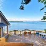 5-terasa mare din lemn ridicata pe o dealul de deasupra unei plaje de pe Insula Lummi