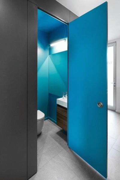 5-usa din sticla albastra amenajare baie mica