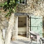 5-vedere din curte in dormitorul matrimonial al casei de vacanta din piatra