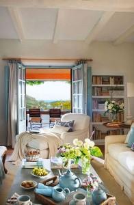 5-vedere din living mediteranean decorat in alb crem si bleu spre terasa exterior casa Malaga Spania