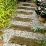 6-alee de gradina din scanduri de lemn asezate pe pat de pietris