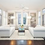 6-asezarea fata in fata a canapelelor intr-un living cu multe ferestre si usi
