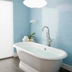6-baie cu pardoseala pacata cu gresie tip lemn si cu peretii finisati cu mozaic bleu