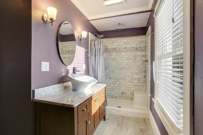 6-baie moderna finisata in mov si alb cu mobilier din lemn masiv