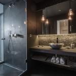 6-baie moderna industriala finisata in culori inchise si slab iluminata