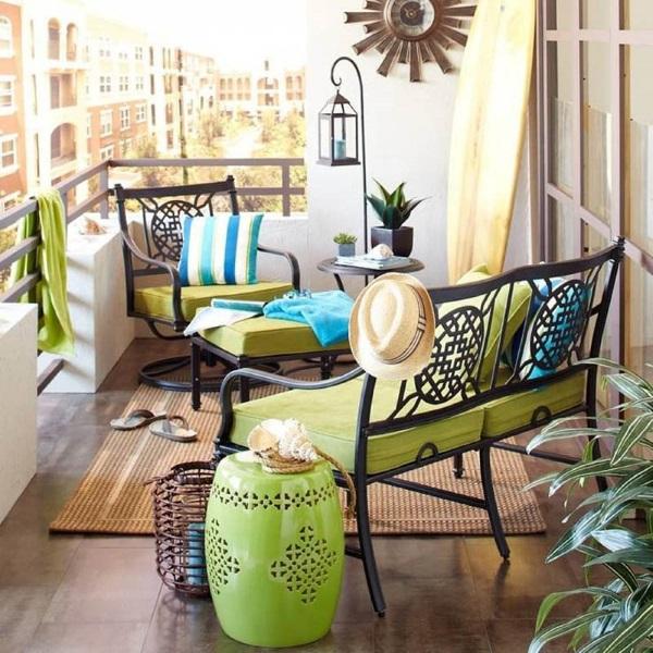 6-balcon frumos si cochet dotat cu set mobilier din fier forjat cu perne verde fistic
