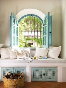 6-bancheta la fereastra cu obloane bleu din lemn