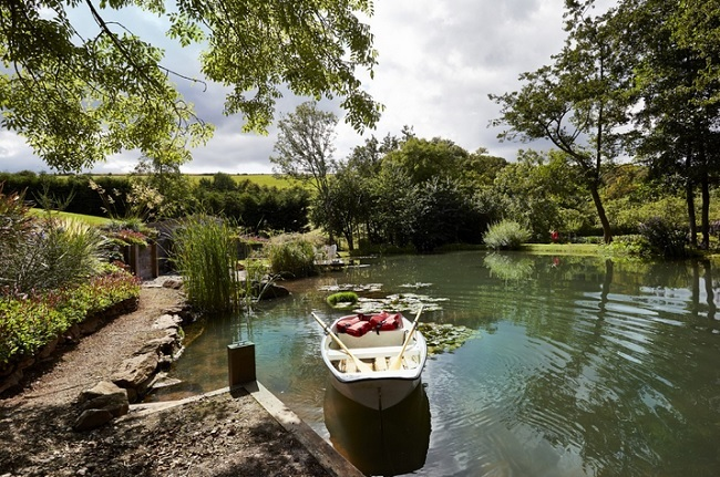 6-barcuta pe lacul din fata casei de vacanta din Devon Anglia