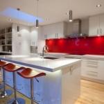 6-bucatarie alba decorata cu panou din sticla colorata rosie