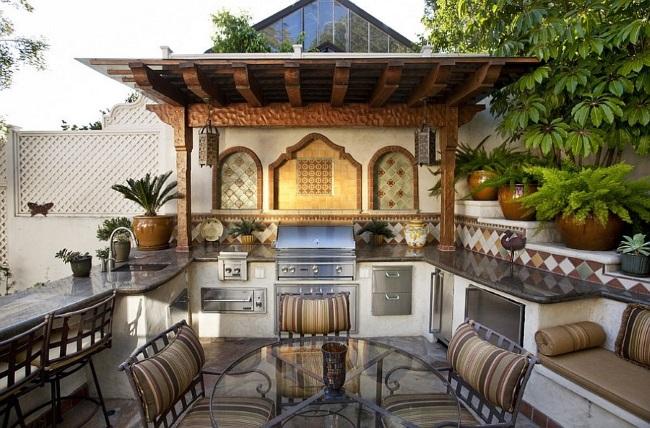 6-bucatarie de vara cu mobila proiectata pe 3 laturi model cu accente marocane