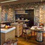6-bucatarie mare moderna cu un perete de accent placat cu piatra naturala