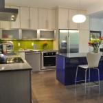 6-bucatarie moderna cu mobila alba cu verde fistic si albastru electric