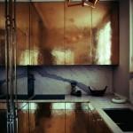 6-bucatarie-moderna-cu-mobila-cu-fronturi-aurii-si-finisaje-din-marmura