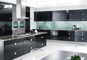 6-bucatarie-moderna-cu-mobila-neagra-si-panou-din-sticla-cu-tenta-albastruie