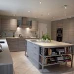 6-bucatarie moderna spatioasa cu insula si mobila pe colt