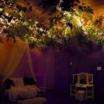 6-camera fetitei seara dupa aprinderea luminilor din copacul artificial