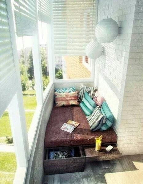 leżanka ze schowkami na balkonie