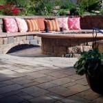 6-canapea integrata in zid de piatra delimitare gradina sau curte mica